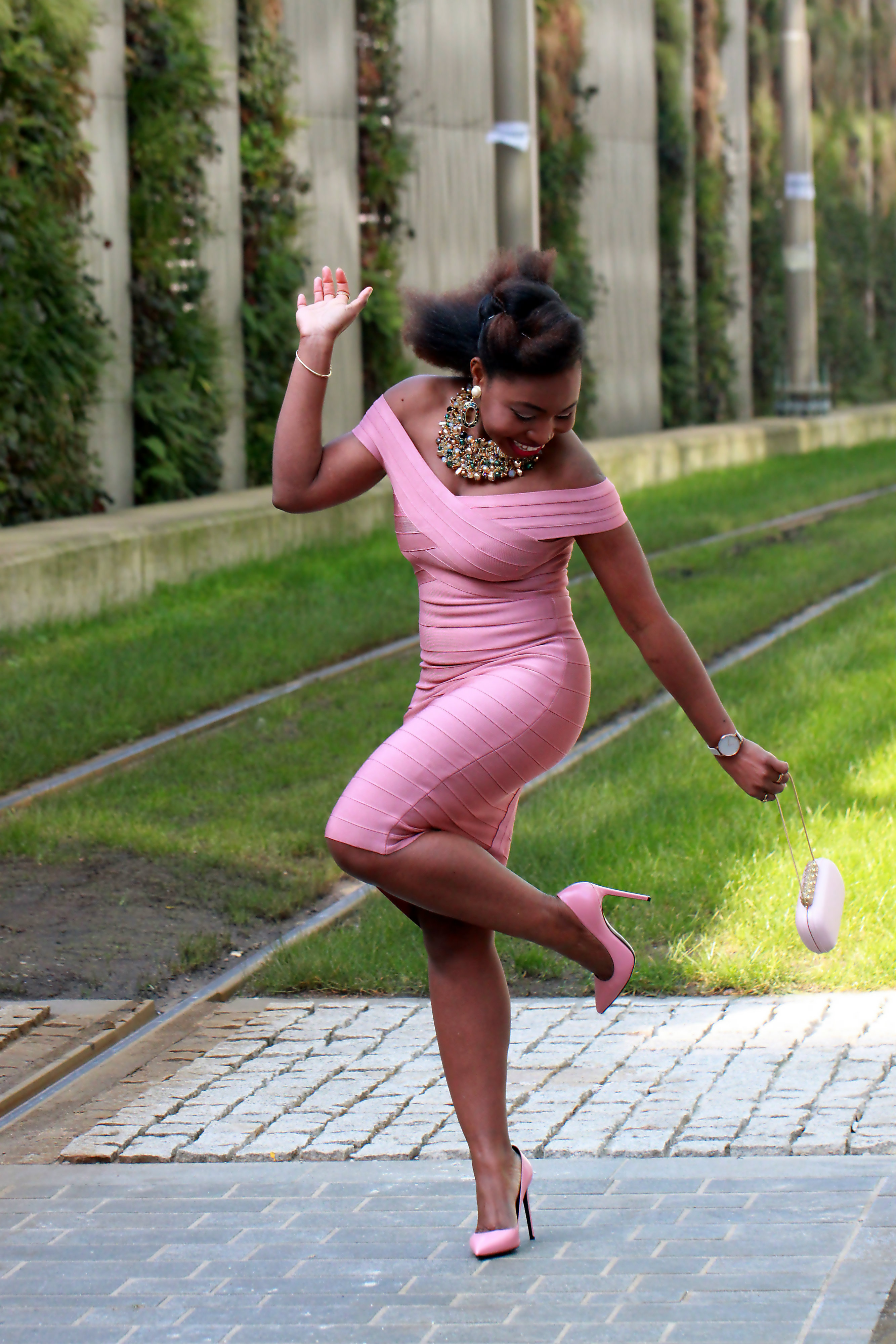 bandage dress pregnant pose a